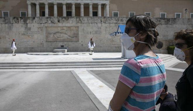 Τουρίστριες με μάσκα στο Μνημείο του Άγνωστου Στρατιώτη.