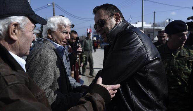 Ο Νίκος Παναγιωτόπουλος στις Καστανιές συνομιλεί με τους κατοίκους