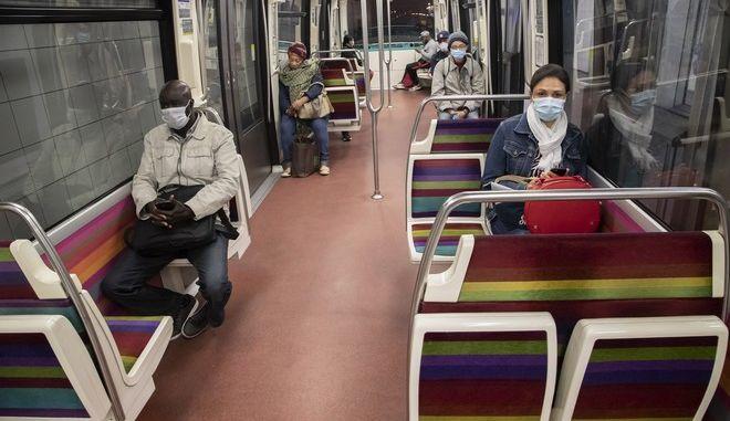 Άνθρωποι στο μετρό του Παρισιού