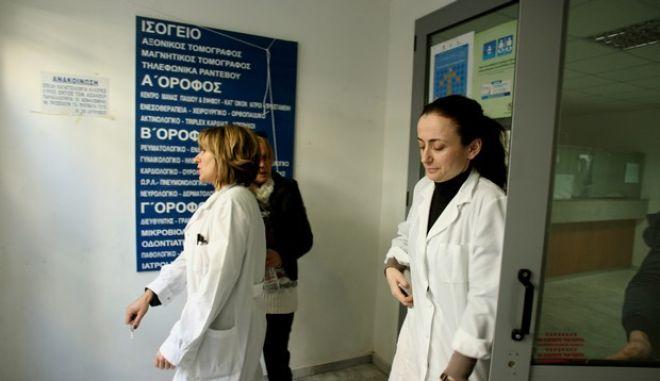 Διαμαρτυρία γιατρών του ΕΟΠΥΥ στο ΙΚΑ Παγκρατίου την Τετάρτη 22 Ιανουαρίου 2014. Οι γιατροί και οι εργαζχόνοι στον ΕΟΠΥΥ ζητούν την απόσυρση του νομοσχεδίου Γεωργιάδη που καταστρέφει τη Δημόσια Υγεία προς όφελος των μεγάλων Ιδιωτικών συμφερόντων, με συνέπεια την αυξημένη οικονομική συμμετοχή των ασφαλισμένων,Τετάρτη 22 Ιανουαρίου 2014 (EUROKINISSI/ΤΑΤΙΑΝΑ ΜΠΟΛΑΡΗ)