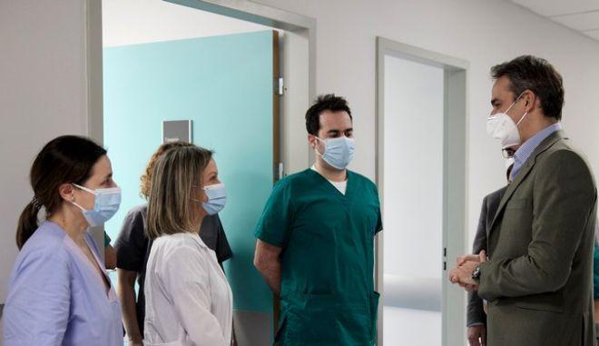 """Στιγμιότυπο από την επίσκεψη του Κυριάκου Μητσοτάκη στη Μονάδα Εντατικής Θεραπείας του Νοσοκομείου """"Σωτηρία"""""""