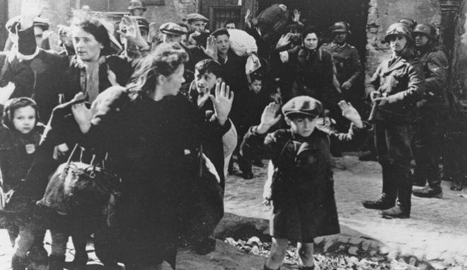 Εβραίοι κρατούμενοι των ναζί στη Βαρσοβία τον Απρίλιο του 1943