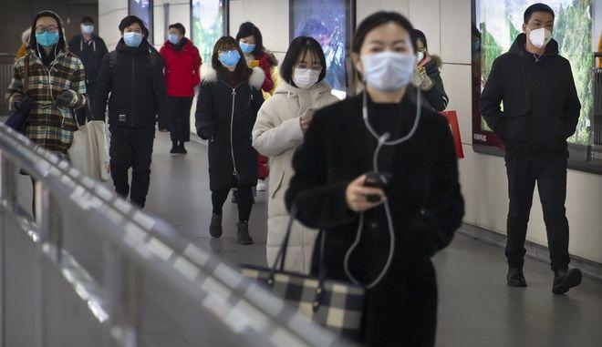 Άνθρωποι με μάσκες στο Πεκίνο λόγω κορονοϊού