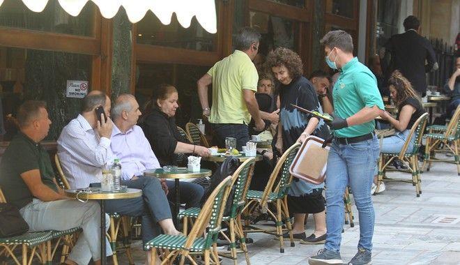 Τηρώντας τα μέτρα προστασίας, τα καταστήματα εστίασης υποδέχονται από το πρωί της Δευτέρας τους πελάτες που επέλεξαν να πιουν τον καφέ τους έξω, μετά από δύο μήνες.