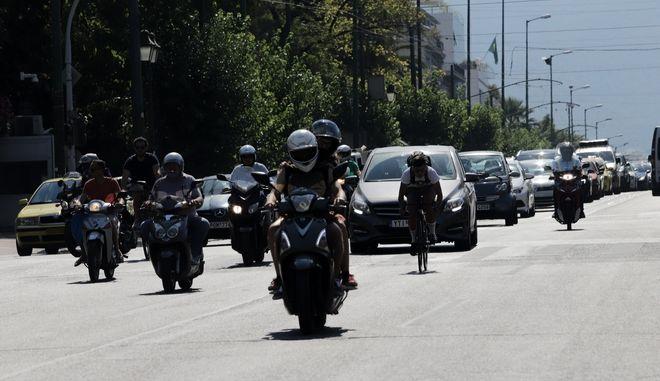 Αυτοκίνητα στους δρόμους της Αθήνας