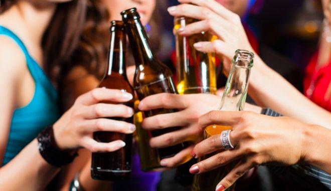 To αλκοόλ είναι καρκινογόνα ουσία. Αυτό είναι γνωστό χρόνια. Αυστραλοί επιστήμονες έκριναν πως είχε μεγαλύτερη σημασία να βρεθούν οι τρόποι που μπορούν να βοηθήσουν στη μείωση της κατανάλωσης.