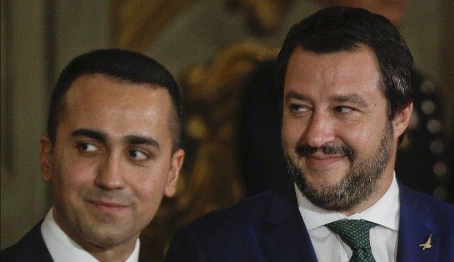 Ο ηγέτης των Πέντε Αστέρων Λουίτζι Ντι Μάιο και αυτός της Λέγκα Ματέο Σαλβίνι σε εκδήλωση στη Ρώμη τον Ιούνιο του 2018