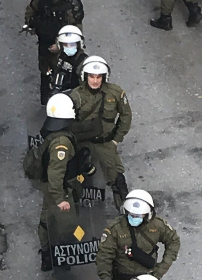 Ακραία καταστολή στα Εξάρχεια: Κρότου-λάμψης μέσα σε πολυκατοικία, ένστολοι δίχως μάσκες