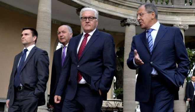 """German Foreign Minister Frank-Walter Steinmeier (2ndR), Russian Foreign Minister Sergei Lavrov (R), Ukraine's Foreign minister Pavlo Klimkin (L), French Foreign minister Laurent Fabius (2ndR) hold a meeting on the situation in Ukraine on August 17, 2014 at Villa Borsig in Berlin. German Foreign Minister Frank-Walter Steinmeier said Sunday he hoped a """"roadmap"""" for a sustainable ceasefire in Ukraine will emerge from talks in Berlin with his counterparts from Moscow, Kiev and Paris.  AFP PHOTO / TOBIAS SCHWARZ"""