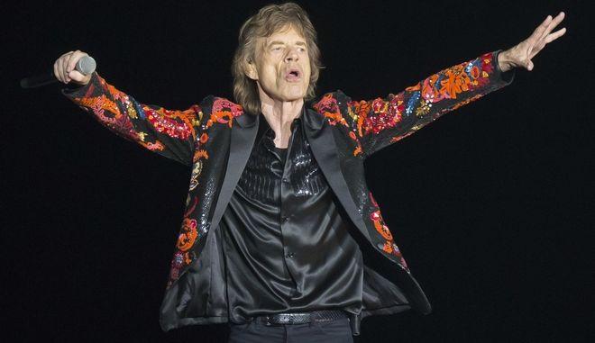 Οι Rolling Stones εγκαινίασαν τη βρετανική τουρνέ τους πριν από τρία βράδια. Ο μικρότερος Τζάγκερ - είναι 70, ο αδελφός του είναι τέσσερα χρόνια μεγαλύτερος - ξεκινά και αυτός τη δική του περιοδεία.