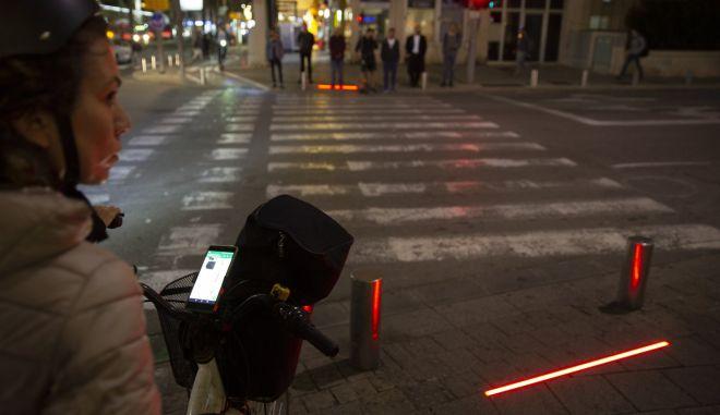 Zombie nation: Η πόλη που έβαλε φώτα σήμανσης για εθισμένους με το κινητό