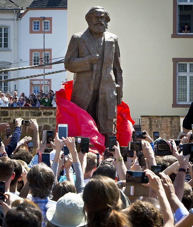 Ένα μπρούτζινο άγαλμα 5 μέτρων που αναπαριστά τον φιλόσοφο Καρλ Μαρξ αποκαλύφθηκε στο Τρίερ της Γερμανίας, με αφορμή τα 200 χρόνια από τη γέννηση του
