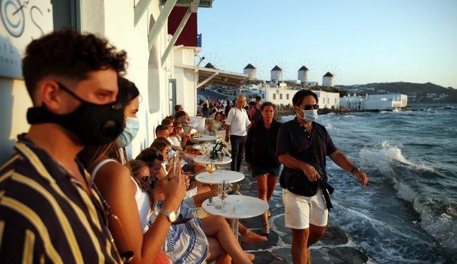 Τουρίστες σε καφετέρια στη Μικρή Βενετία στη Μύκονο