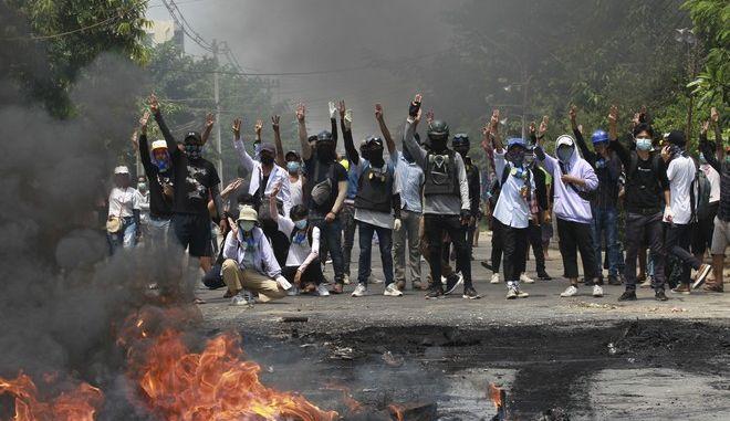Διαδήλωση κατά του στρατιωτικού πραξικοπήματος στη Μιανμάρ