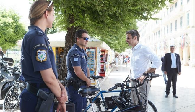Ο Πρόεδρος της Νέας Δημοκρατίας Κυριάκος Μητσοτάκης συνομιλεί με αστυνομικούς στην Κέρκυρα