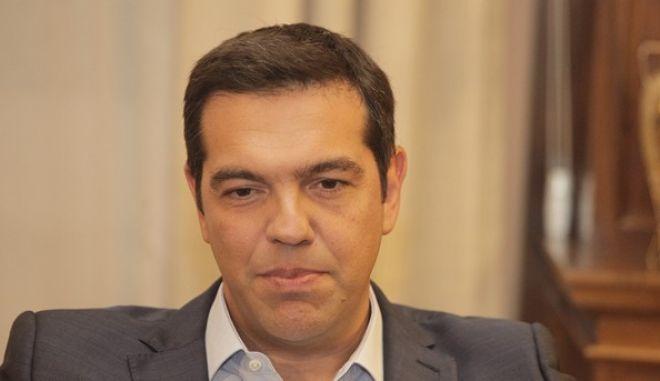 Ο πρωθυπουργός Αλέξης Τσίπρας συνομιλεί με τον Πρόεδρο της Δημοκρατίας Προκόπη Παυλόπουλο στο Προεδρικό Μέγαρο την Πέμπτη 20 Αυγούστου 2015. Ο πρωθυπουργός παρέδωσε στο Πρόεδρο της Δημοκρατίας την εντολή σχηματισμού κυβέρνησης και του ζήτησε να προχωρήσει τις διαδικασίες για την διενέργεια πρόωρων εκλογών. (EUROKINISSI/ΓΙΩΡΓΟΣ ΚΟΝΤΑΡΙΝΗΣ)