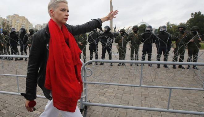 Η Μαρία Κολέσνικοβα, ηγέτιδα της αντιπολίτευσης περνώντας μπροστά από τις αστυνομικές δυνάμεις στο Μινσκ