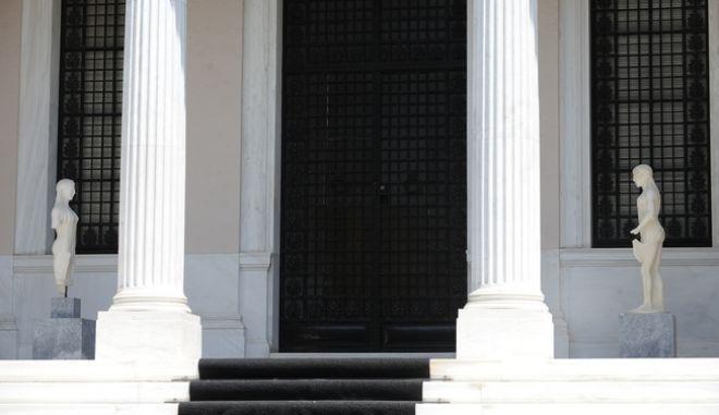 Η είσοδος του Μεγάρου Μαξίμου την Παρασκευή 24 Ιουνίου 2016. (EUROKINISSI/ΤΑΤΙΑΝΑ ΜΠΟΛΑΡΗ)