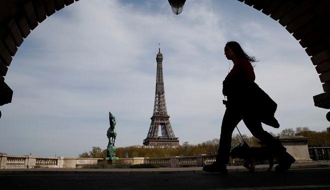 Γυναίκα περπατά στο άδειο Παρίσι