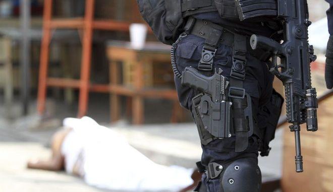 Αστυνομικός σε σημείο δολοφονίας στο Μεξικό
