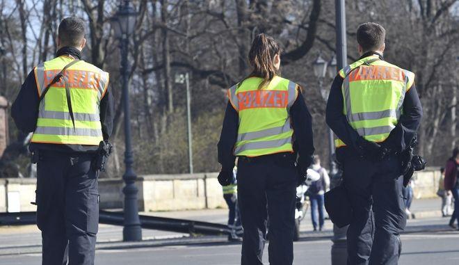 Περιπολία γερμανών αστυνομικών κατά τον ημιμαραθώνιο του Βερολίνου