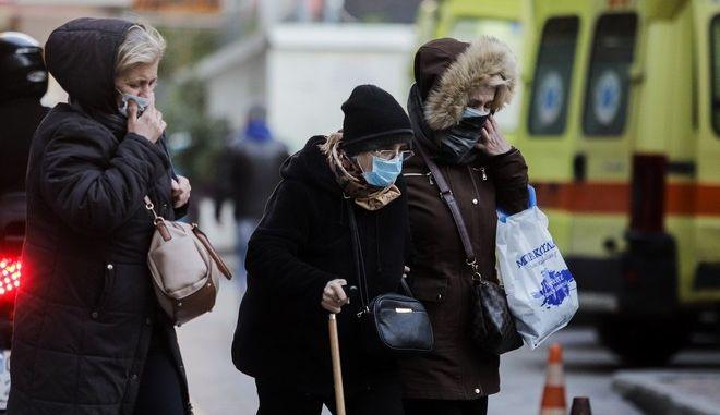 Γυναίκες με προστατευτική μάσκα έξω από τον Ευαγγελισμό.