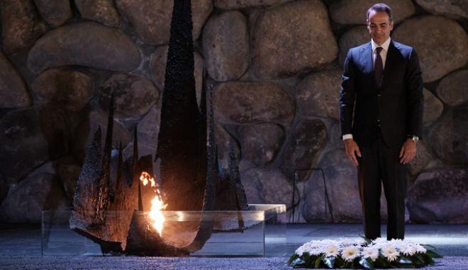 Eπίσκεψη του πρωθυπουργού στο Μνημείο Ολοκαυτώματος - Κατάθεση στεφάνου