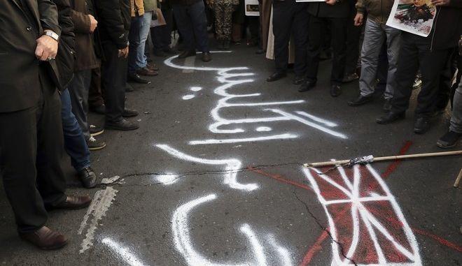 Γκράφιτι κατά της Βρετανίας έξω από τη βρετανική πρεσβεία στην Τεχεράνη