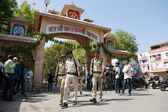 Αστυνομικές δυνάμεις έξω από το άσραμ του ινδού γκουρού Ασαράμ Μπαπού