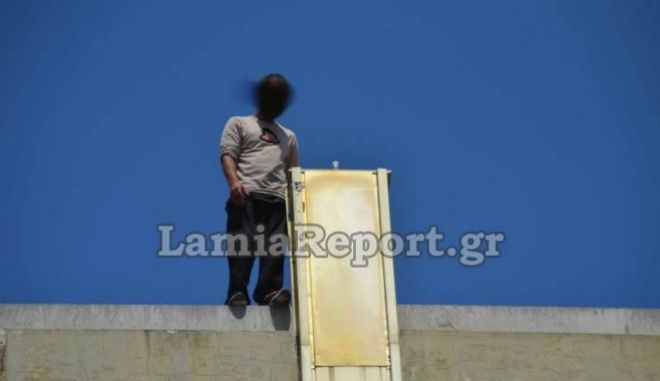 Πολύτεκνος πατέρας απειλούσε να πηδήξει από ταράτσα στη Λαμία