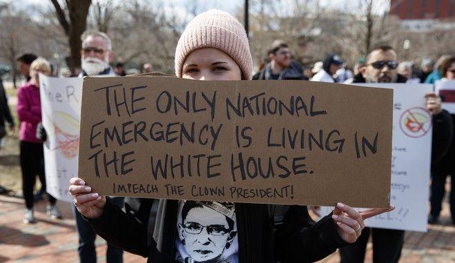 Στιγμιότυπο από τη διαδήλωση στην Ουάσινγκτον για την κήρυξη κατάστασης έκτακτης ανάγκης από τον Τραμπ