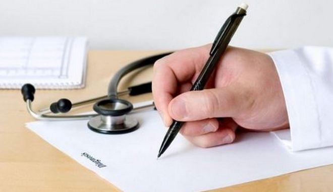 Φυλάκιση και στέρηση πολιτικών δικαιωμάτων για πλαστογράφηση ιατρικών συνταγών