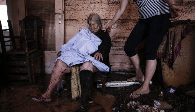 Απεγκλωβισμός ηλικιωμένης γυναίκας, από το σπίτη της στη Μάνδρα Αττικής Τετάρτη 15 Νοεμβρίου 2017(EUROKINISSI//ΣΤΕΛΙΟΣ ΜΙΣΙΝΑΣ)
