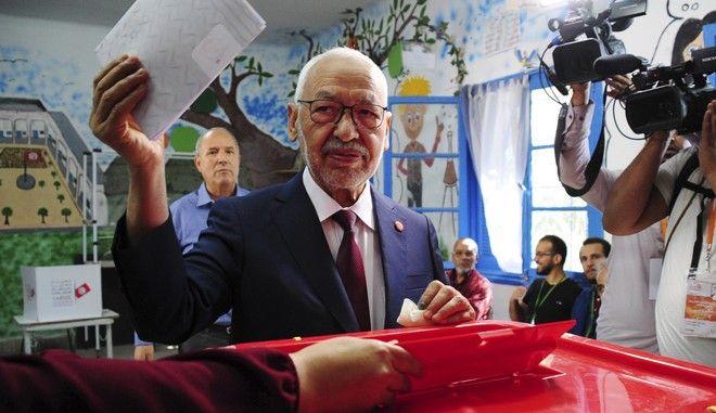 Ο πρόεδρος του κόμματος Ενάχντα Ρασίντ Γανούσι ασκεί το εκλογικό του δικαίωμα στην Τύνιδα