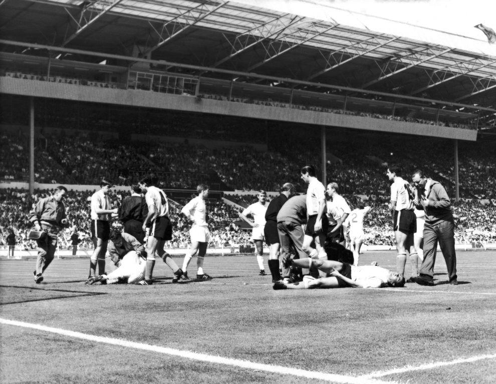Ένας Αργεντίνος παίκτης (δεξιά) βρίσκεται στο χορτάρι τραυματισμένος, ενώ αριστερά, επίσης πεσμένος στο χορτάρι, είναι ο Τζάκι Τσάρλτον (23/7/1966).
