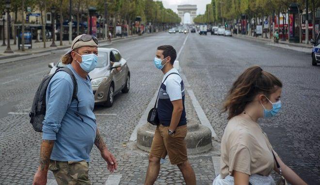 Άνθρωποι με μάσκες στη Γαλλία