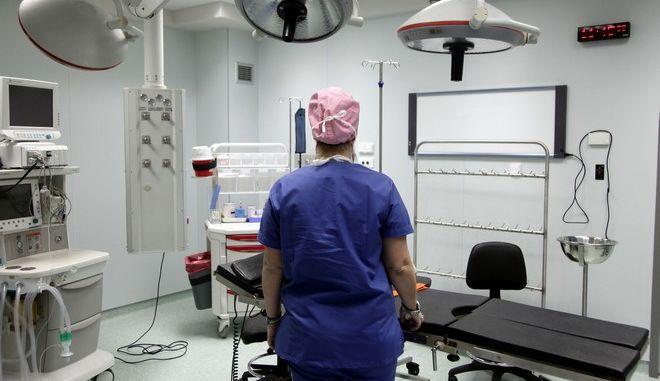 """Επίσκεψη του υφυπουργού Υγείας Παύλου Πολάκη στο Κέντρο  Ημερήσιας Νοσηλείας (Κ.Η.Ν.) """"Νίκος Κούρκουλος"""", την Δευτέρα 30 Ιανουρίου 2017. Το Κ.Η.Ν. αποτελείται από 6 ορόφους, ισόγειο και 3 υπόγεια, έχει συνολική επιφάνεια 4.000 τ.μ., δυναμικότητας  45 κλινών και είναι αναπόσπαστο μέρος του Ογκολογικού Νοσοκομείου Αθηνών """"Ο Άγιος Σάββας"""". Στεγάζεται στο πρώην 6ο Ογκολογικό Νοσοκομείο του ΙΚΑ """"Γεώργιος  Γεννηματάς"""" (επί των οδών Ασωπίου και Παράσχου πλησίον της Λεωφόρου Αλεξάνδρας) το οποίο με χρηματοδότηση της Μαριάννας Λάτση, ανακατασκευάστηκε και εξοπλίστηκε. Στο Κ.Η.Ν. """"Νίκος Κούρκουλος"""" οι ασθενείς υποβάλλονται σε χημειοθεραπείες ή επεμβάσεις και παίρνουν εξιτήριο την ίδια ημέρα.  Ειδικότερα, το Κέντρο διαθέτει 3 χειρουργικές αίθουσες και έχει δυναμικότητα 45 κλινών, εκ των οποίων 26 κλίνες εξυπηρετούν ογκολογικούς ασθενείς Παθολογικού Τομέα που χρήζουν χημειοθεραπείας και 19 κλίνες εξυπηρετούν ασθενείς Χειρουργικού Τομέα.  (EUROKINISSI/ΓΙΑΝΝΗΣ ΠΑΝΑΓΟΠΟΥΛΟΣ)"""