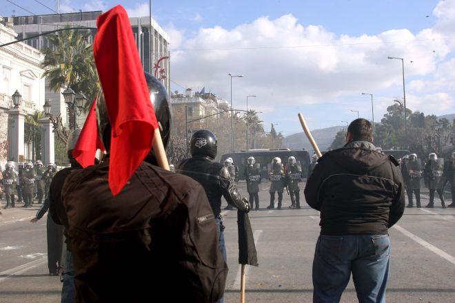 Επεισόδια κατά την διάρκεια της σημερινής συγκέντρωσης της ΓΣΕΕ και της ΑΔΕΔΥ στην Πλατεία Συντάγματος,που επεκτάθηκαν με πετροπόλεμο στην οδό Πανεπιστημίου,Τετάρτη 10 Δεκεμβρίου 2008 (EUROKINISSI/ΤΑΤΙΑΝΑ ΜΠΟΛΑΡΗ)