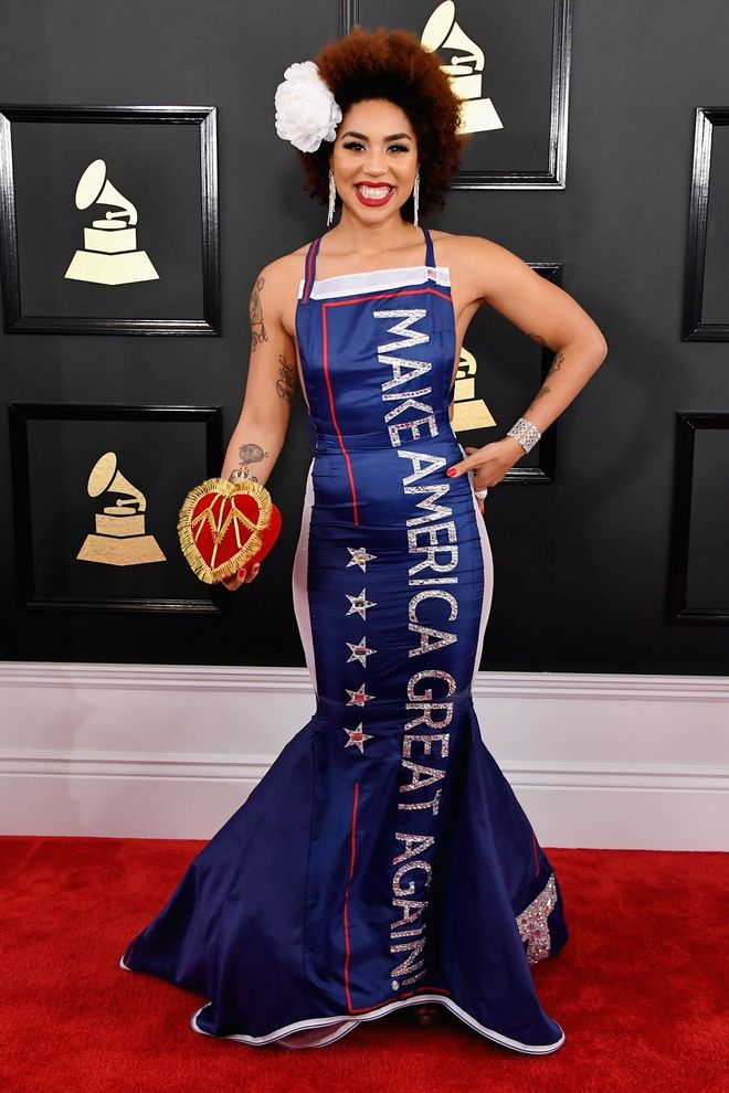 Grammy: Πέρυσι γυμνή, φέτος με φόρεμα - σύνθημα του Τραμπ