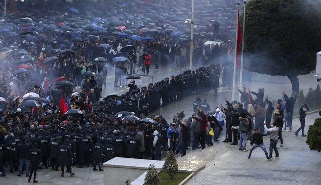 Στιγμιότυπο από την διαδήλωση στα Τίρανα κατά του πρωθυπουργού Ράμα