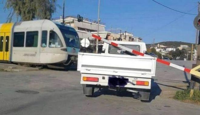 Λαμία: Απίστευτη εικόνα με μπάρα να εγκλωβίζει φορτηγάκι