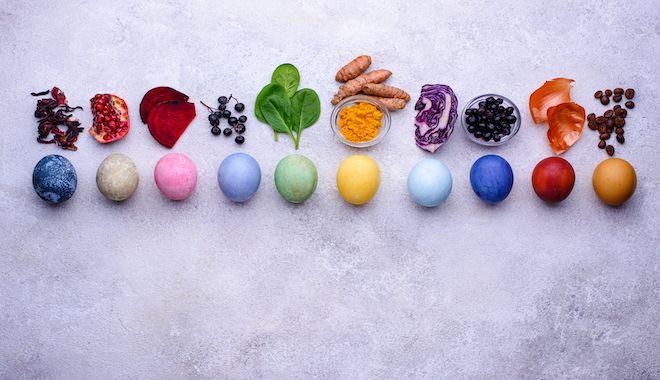 Βάψιμο αυγών με φυσικά υλικά