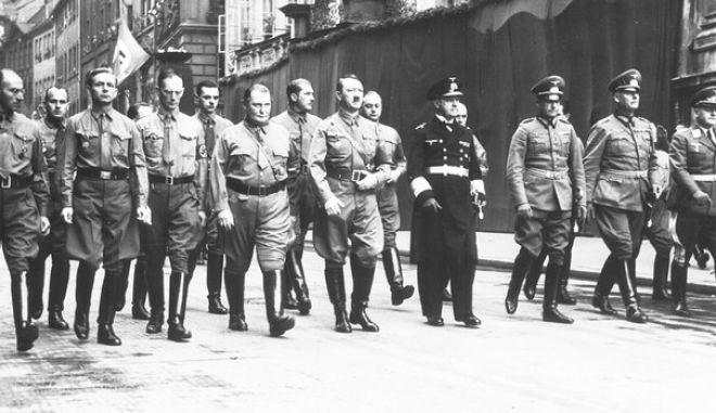 Ο Αδόλφος Χίτλερ στο κέντρο με τον Χέρμαν Γκέρινγκ στα δεξιά του στο Μόναχο τον Νοέμβριο του 1938