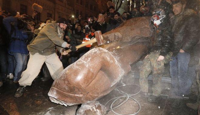 Αντικυβερνητικοί διαδηλωτές έριξαν το άγαλμα του Λένιν στο Κίεβο