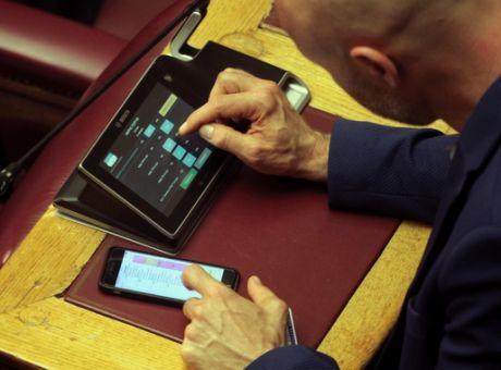 Δυσκολιες πολλες συναντησαν οι βουλευτες κατα την διαδικασια της ψηφοφοριας του νομπσχεδδιου του  Υπ. Εσωτερικων για τις εκλογες στην Τοπικη Αυτοδιοικηση και αυτο λογω των πολλων ονομαστικων ψηφοφοριων για πολλα αρθρα του νομοσχεδιου