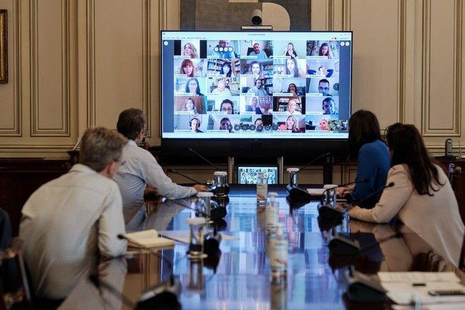 Τηλεδιάσκεψη του πρωθυπουργού Κυριάκου Μητσοτάκη,παρουσία της υπουργού παιδείας Νίκης Κεραμέως,με καθηγητές που συμμετείχαν στην εκπαιδευτική τηλεόραση)