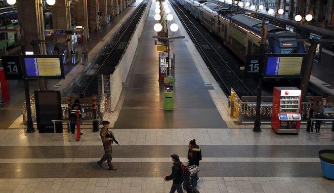 Ελάχιστα δρομολόγια έως καθόλου κάνουν τα τρένα στο Παρίσι λόγω των απεργιακών κινητοποιήσεων