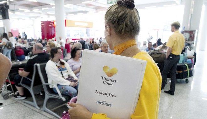 Προσωπικό της Thomas Cook ενημερώνει Βρετανούς επιβάτες στο αεροδρόμιο της Πάλμα ντε Μαγιόρκα