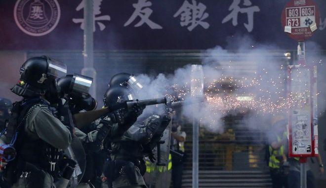 Αστυνομικές δυνάμεις ρίχνουν δακρυγόνα για να διαλύσουν διαδηλωτές στο Χονγκ Κονγκ