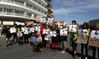 Διαμαρτυρία αλληλέγγυων ακτιβιστών ενάντια στην συμφωνία επαναπροώθησης προσφύγων και μεταναστών και το άσυλο,λίγο πρίν φτάσουν στο λιμάνι της Μυτιλήνης οι προκαθήμενοι των τριών εκκλησιών και οι επίσημοι,Σάββατο 16 Απριλίου 2016 (EUROKINISSI/ΣΤΕΛΙΟΣ ΜΙΣΙΝΑΣ)